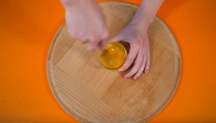 Вилкой взбейте желтое с добавлением щепотки соли.