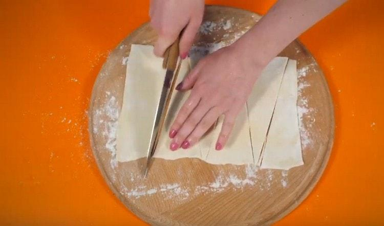 Нарежьте тесто на треугольники.