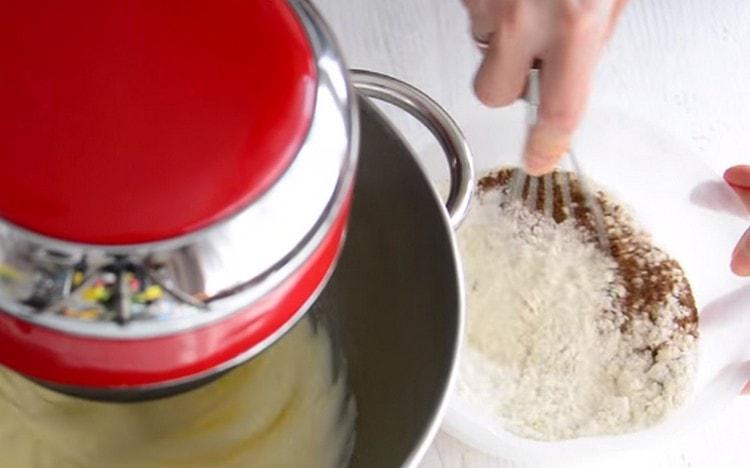 Муку смешиваем с разрыхлителем и ароматными пряностями.