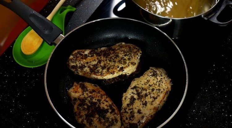 Выкладываем грудки на сковороду и жарим.