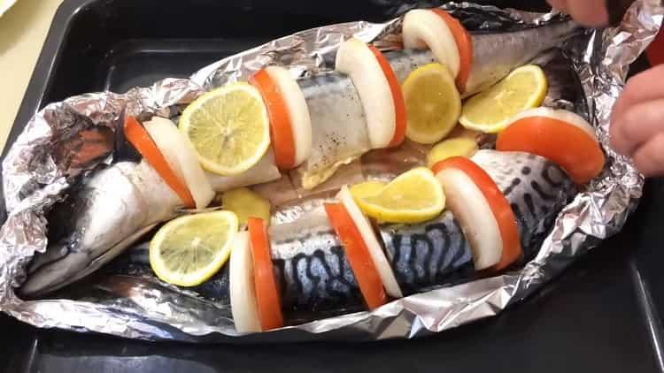 Скумбрия в фольге с хрустящей картошкой, запеченная в духовке