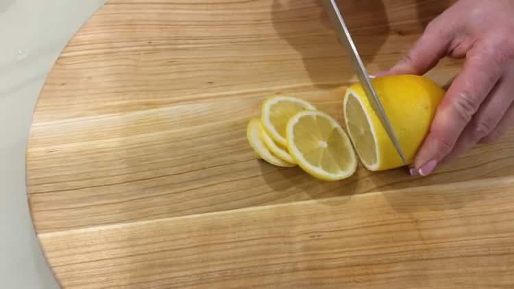 ДЛя приготовления скумбрии нарежьте лимоны
