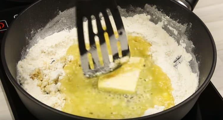 Добавляем к муке кусочек сливочного масла и перемешиваем.