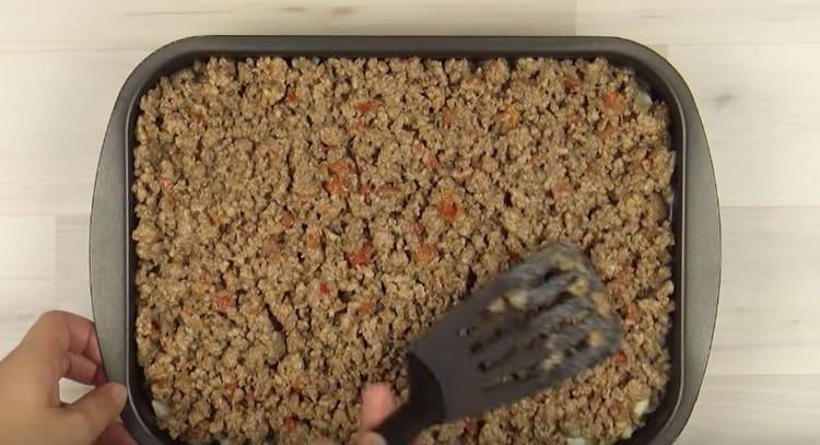 Выкладываем поверх соуса фарш.