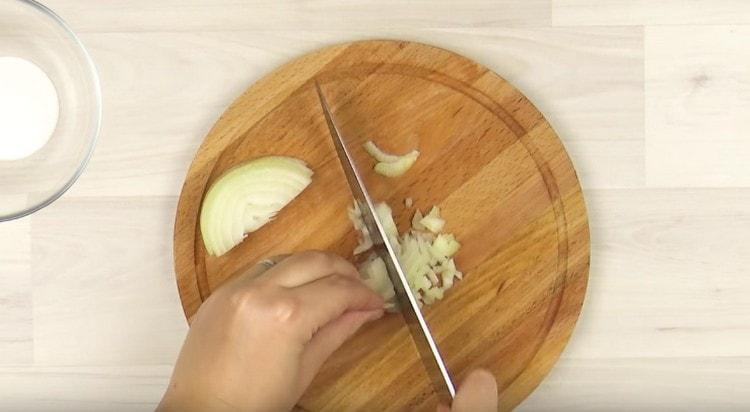 Мелко режем лук.