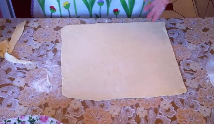 раскатываем слоеное тесто в квадратный пласт.