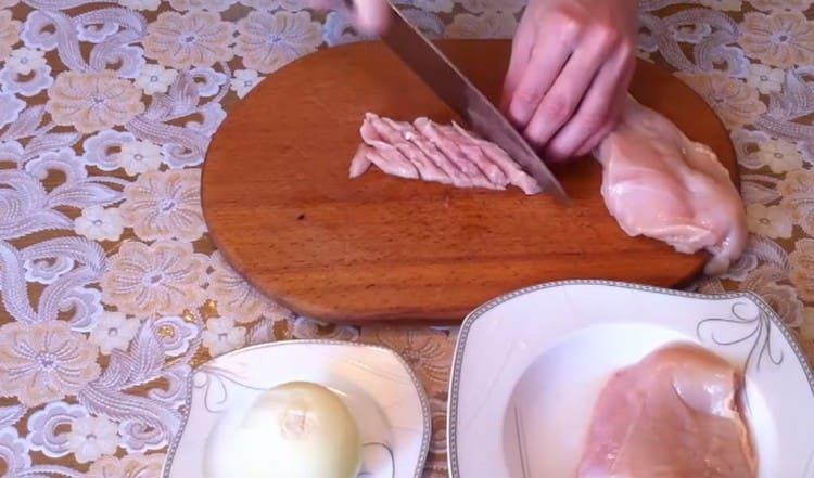 Нарезаем маленькими кусочками куриное филе.