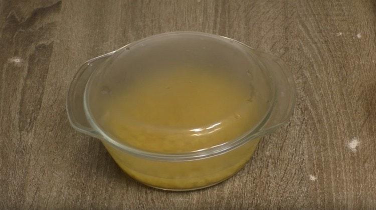 Накрываем кастрюльку с макаронами крышкой.