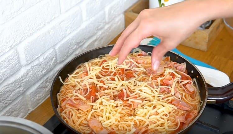 Почти готовое блюдо посыпаем тертым сыром.