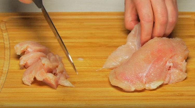 Куриное филе режем тонкими полосками.