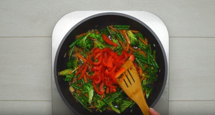 Затем добавляем брокколи, фасоль и сладкий перец.