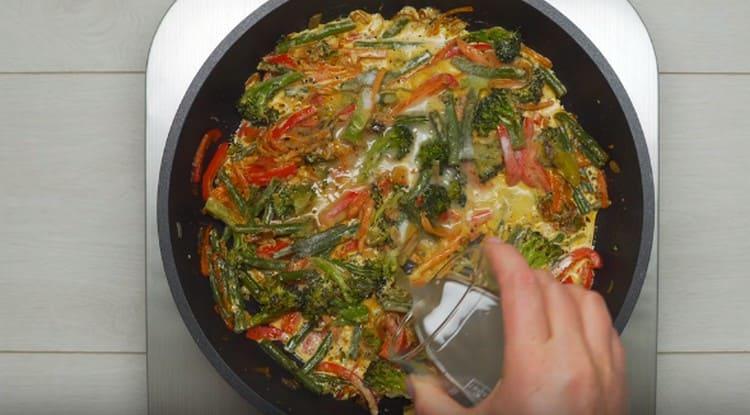 Заливаем овощи сливками, солим, добавляем воду из-под макарон.