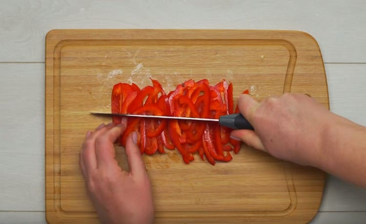 Соломкой режем болгарский перец.