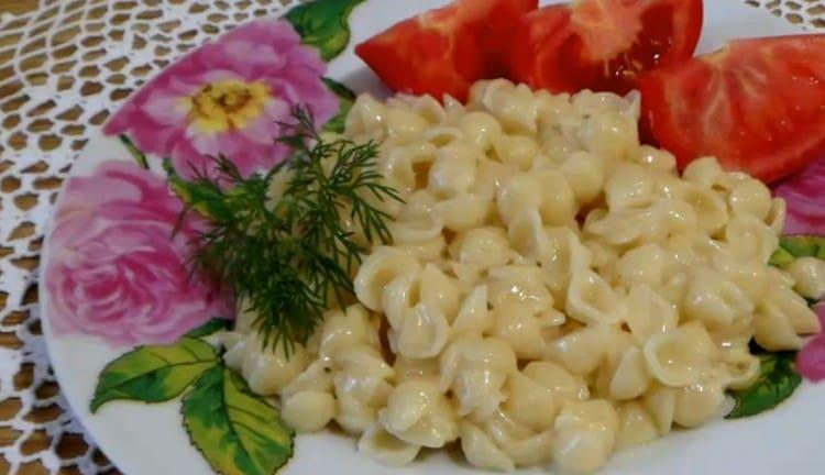 Макароны с плавленным сыром отлично сочетаются и с мясными блюдами, и с овощными салатами.