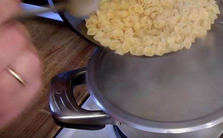Выкладываем в воду макароны и варим до готовности.
