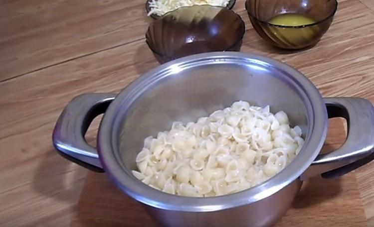С макарон сливаем воду.