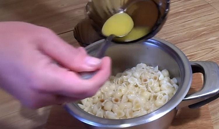 Добавляем к макаронам растопленное масло.