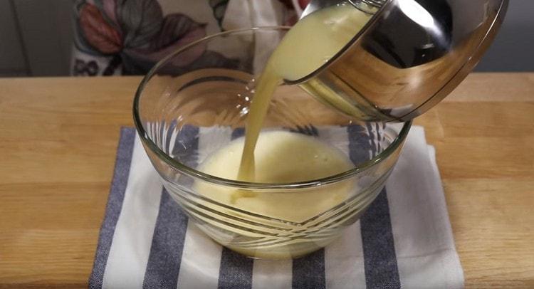 В яичную массу вводим молоко с медом.