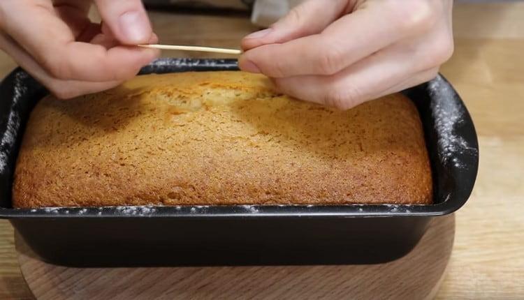 Готовность кекса проверяют при помощи зубочистки или деревянной шпажки.