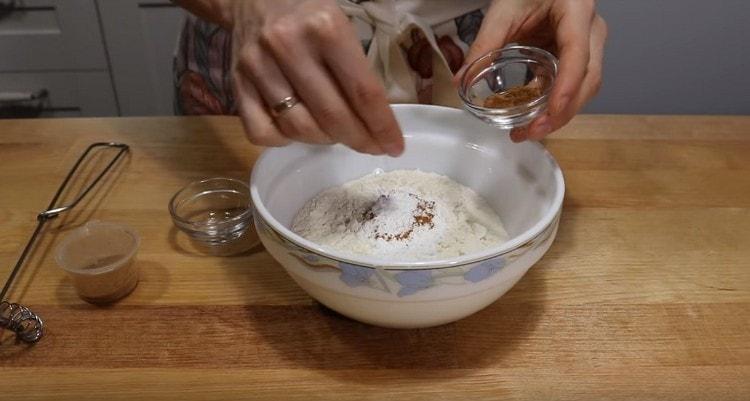 Муку соединяем с разрыхлителем, добавляем к ней корицу и мускатный орех.