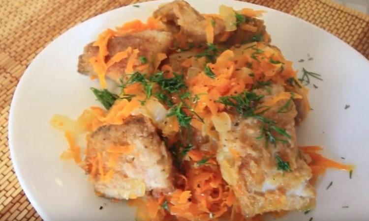 Минтай на сковороде с луком и морковью приготовить совсем не сложно.