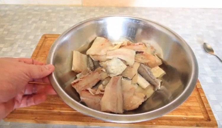 Складываем кусочки рыбы во вместительную миску.