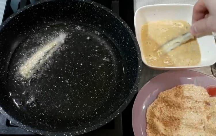 выкладываем рыбу на сковороду.