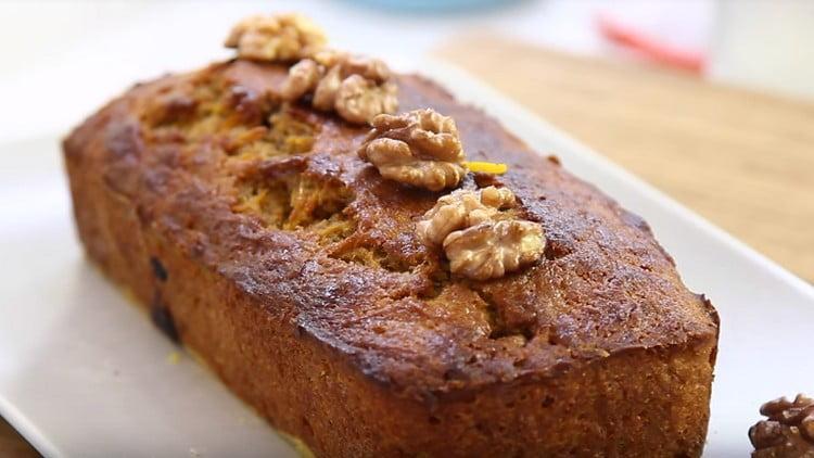 Морковный кекс можно украсить орешками, сахарной пудрой.