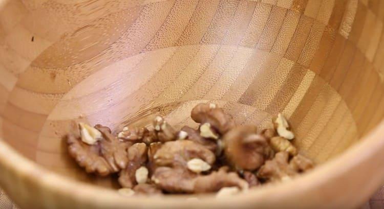 Перекладываем горячие орехи в пиалу.