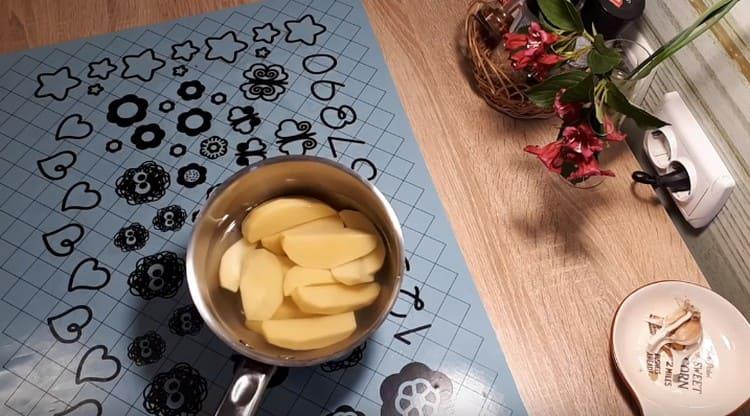 Картофель чистим, режем на кусочки и ставим вариться.