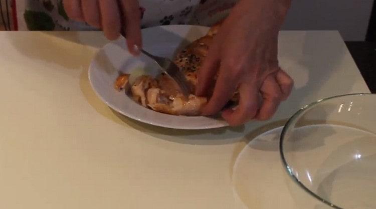Филе лосося разрезаем на порционные куски.