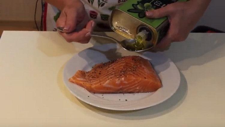 Филе лосося присыпаем солью, перцем, сдабриваем оливковым маслом.