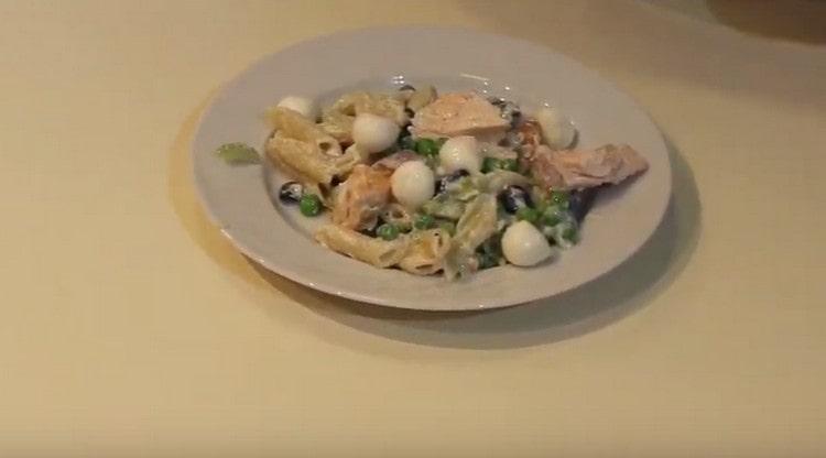 При подаче к блюду можно добавить шарики сыра моцарелла.