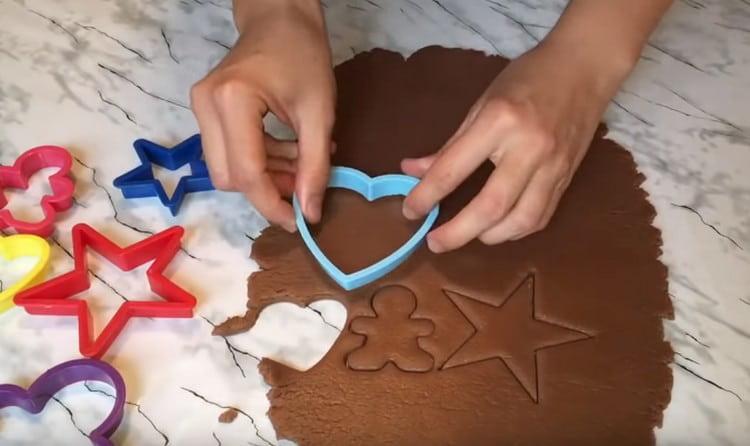 Формочками выдавливаем наше фигурное печенье.
