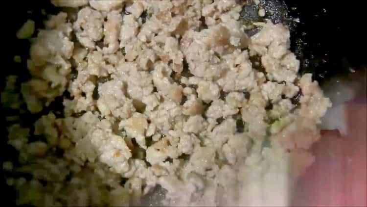Для приготовления пирожков из картофельного пюре приготовьте начинку