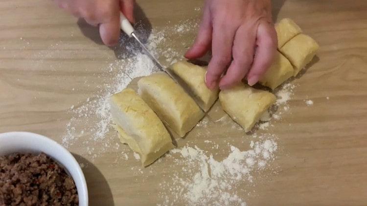 Разделяем тесто на порционные заготовки для пирожков.