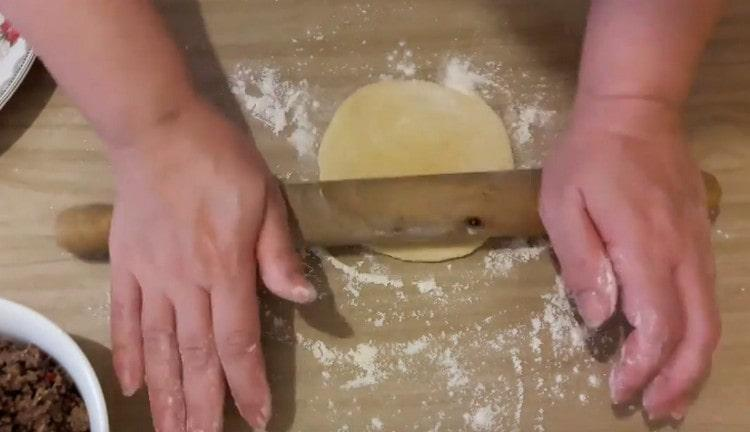 Каждую заготовку раскатываем скалкой в лепешку.