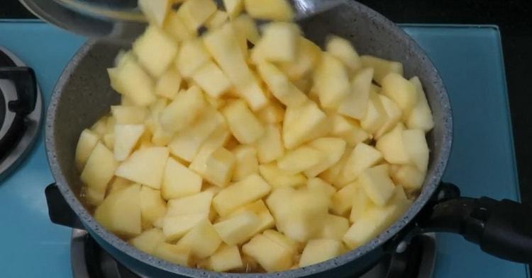 Для приготовления пирожков из слоеного теста с яблоками приготовьте карамель