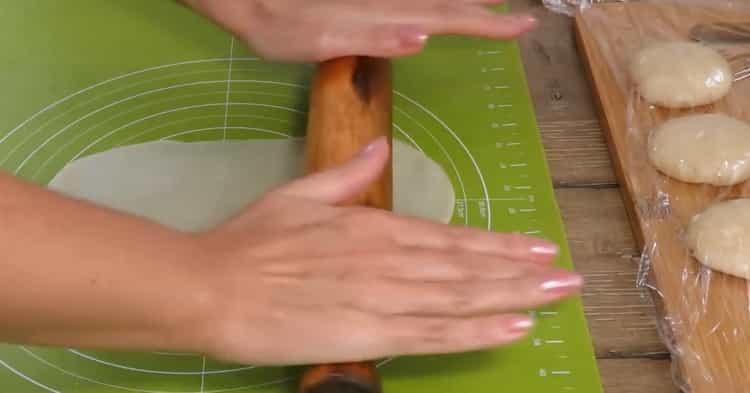 Для приготовления пирожков из слоеного теста с яблоками раскатайте тесто