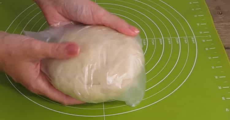 Для приготовления пирожков из слоеного теста с яблоками положите тесто в пакет