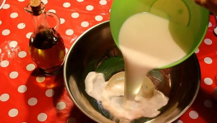 Заливаем дрожжи с сахаром теплым молоком.