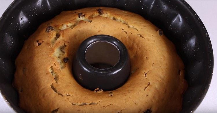 Выпекаем кекс, готовность можно проверить деревянной шпажкой.