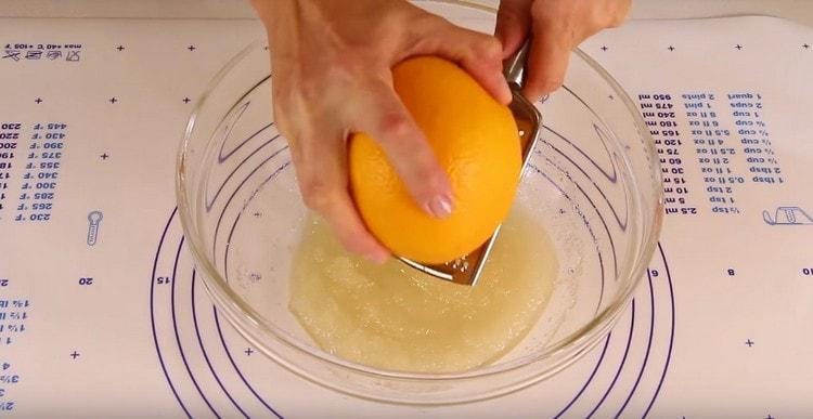 Натираем к сахару с маслом цедру апельсина.