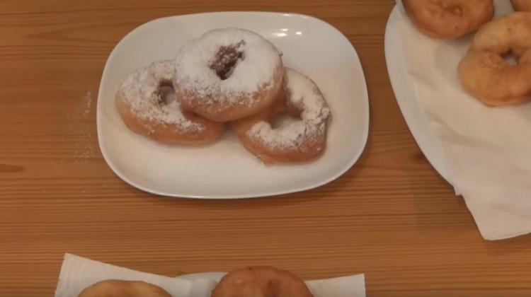 Пышки, приготовленные на сковороде, можно для сладости посыпать сахарной пудрой.