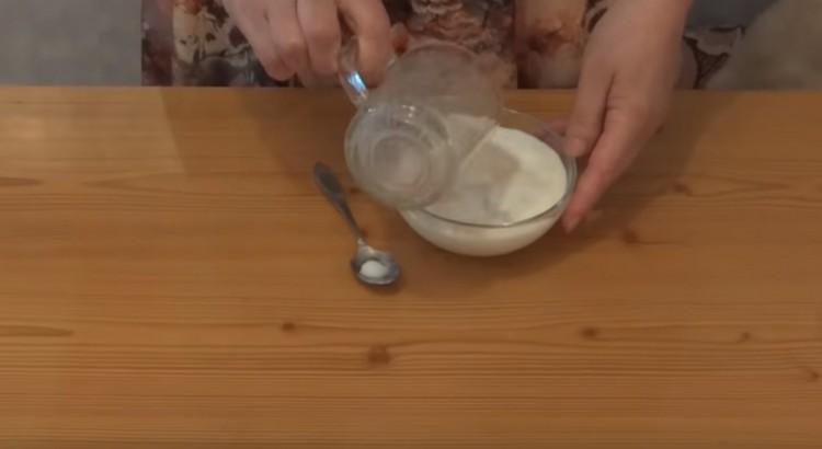 Добавляем к смеси дрожжей и сахара теплое молоко.