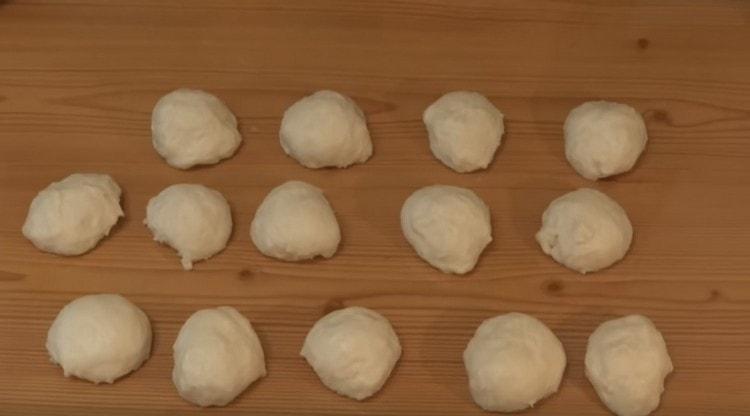 Когда тесто подойдет, формируем из него небольшие шарики.