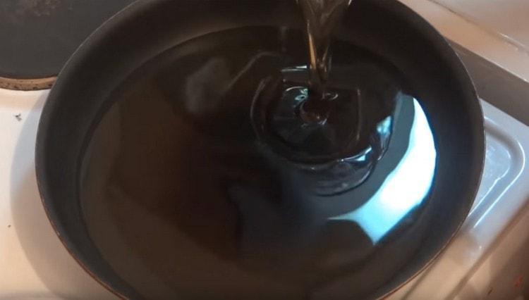 Разогреваем в сковороде или сотейнике растительное масло.