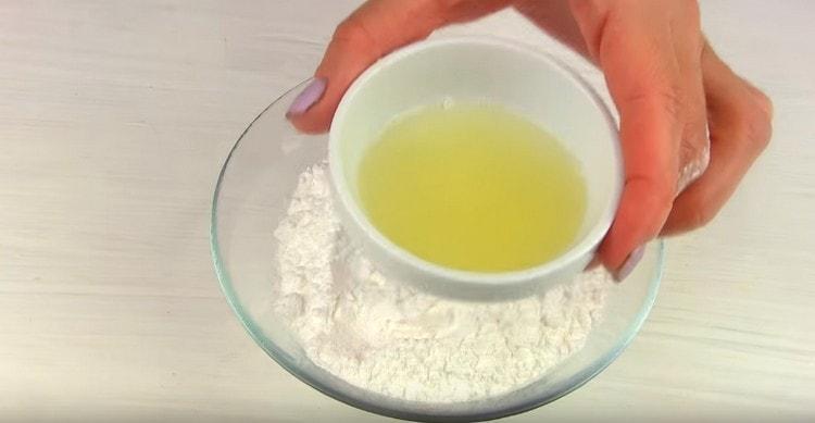 Для приготовления глазури смешиваем сахарную пудру с лимонным соком.