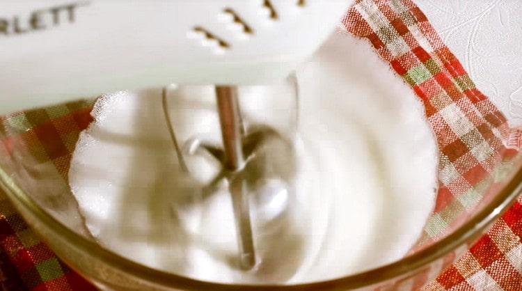 Для приготовления глазури взбиваем яичные белки.