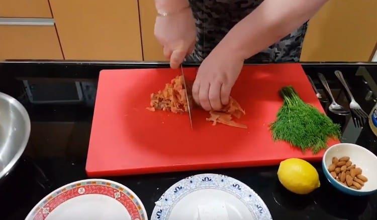 Копченого лосося нарезаем как можно мельче.
